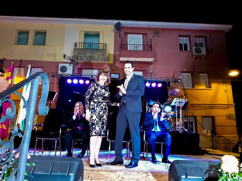 El alcalde de Abarán le impuso la insignia del municipio a la pregonera