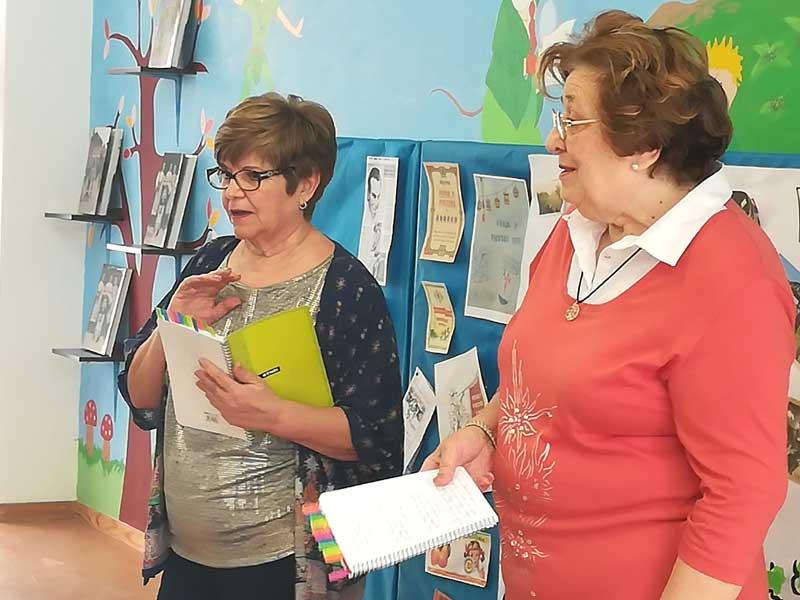 Encarna López y Marta Amorós dieron a conocer a los escolares el folklore abaranero.