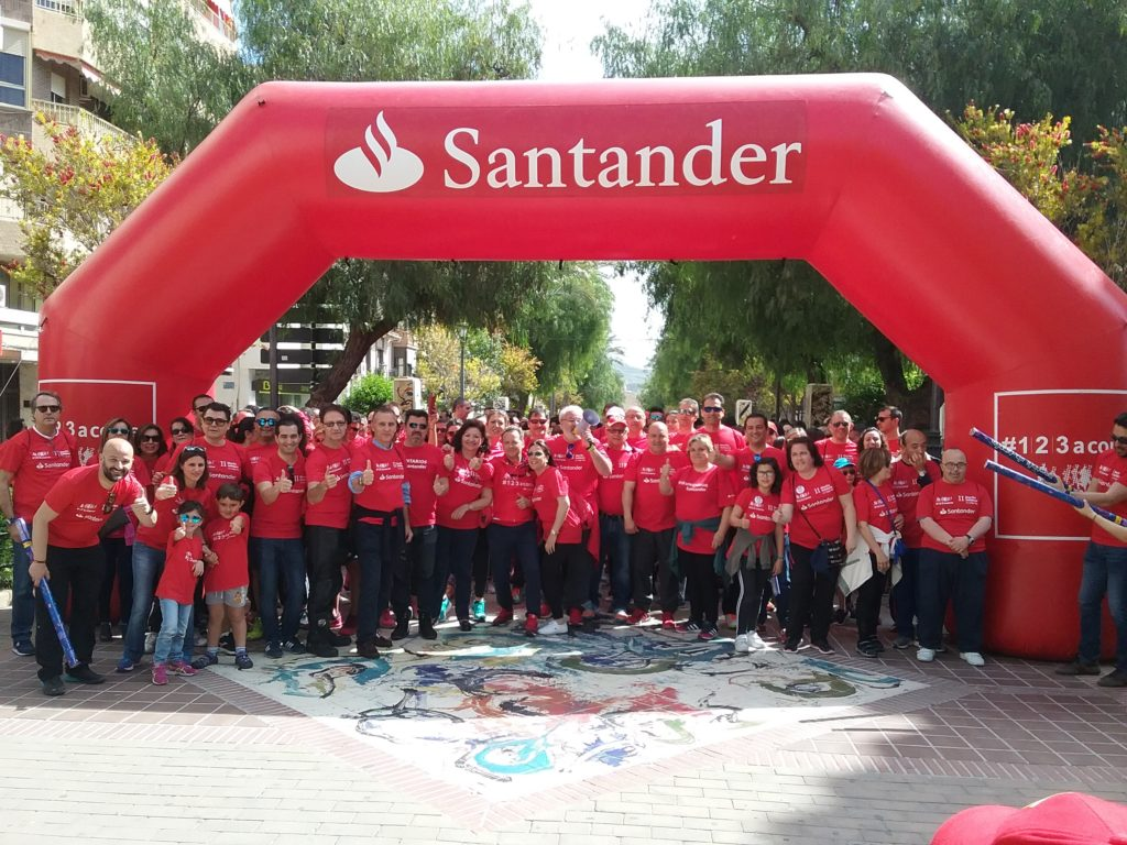 Casi 500 participantes se han sumado a la II Marcha solidaria del Santander
