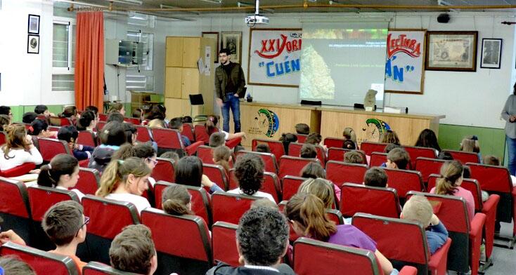 José María Gómez Manuel en un momento de la charla que ofreció a los escolares sobre Prehistoria y Arte Rupestre de Abarán.