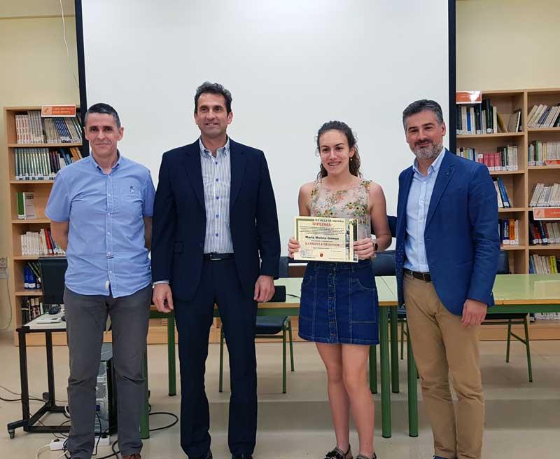 María Molina Gómez recibió de manos del alcalde su diploma.