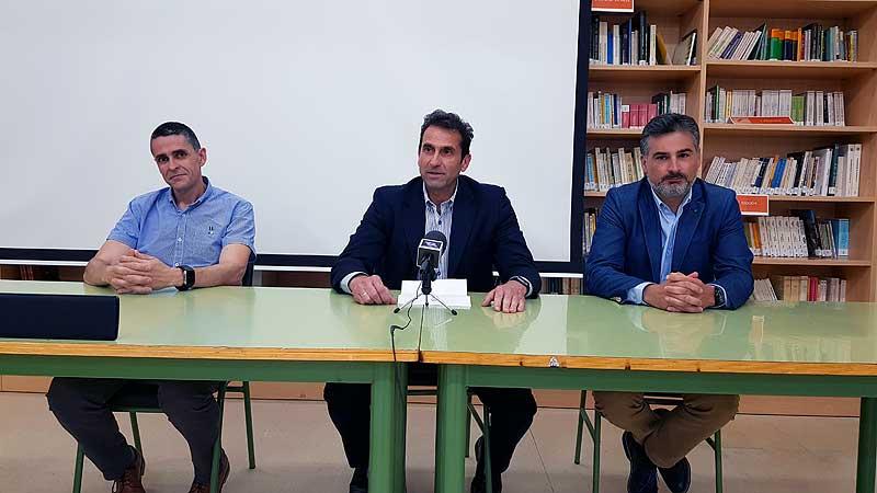 De izquierda a derecha: Alejandro Zamorano (director del IES), José Miguel Manzanares (alcalde de Abarán) y Sergio López (director general de Formación Profesional).