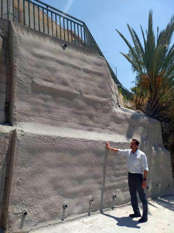 El alcalde de Abarán revisa la finalización de la obra en el muro de la calle San Pedro