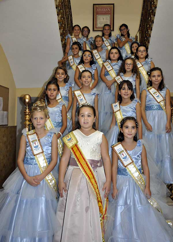 Reina infantil y damas de honor