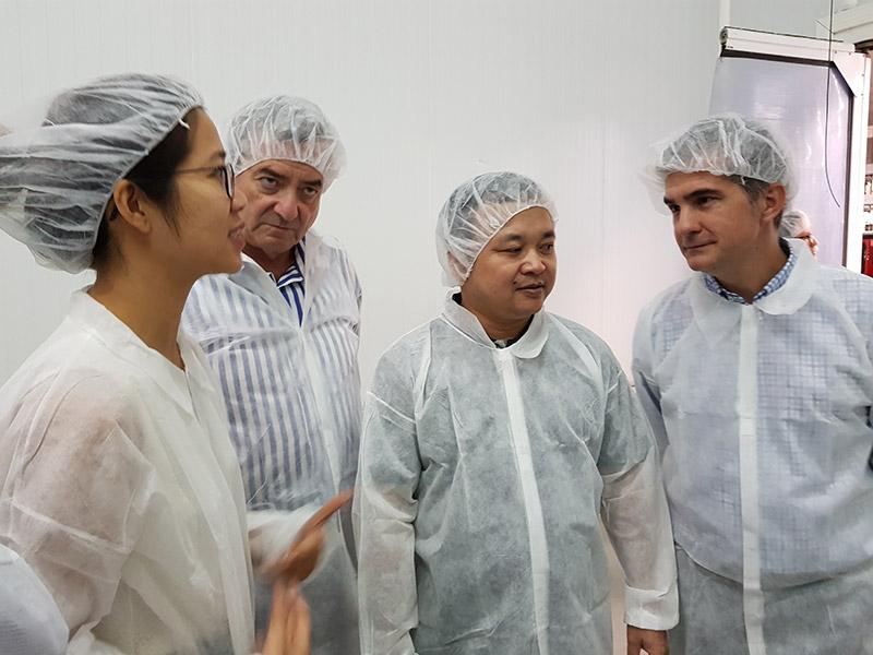 Una delegación vietnamita comprueba en Frutas Esther las condiciones fitosanitarias para la exportación de uva de mesa
