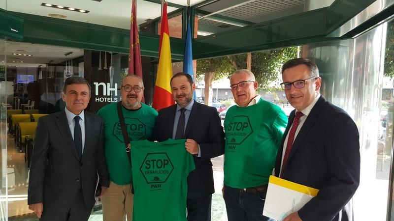 El portavoz de la PAH estatal, Paco Morote, se reunió ayer con el ministro Dávalos.