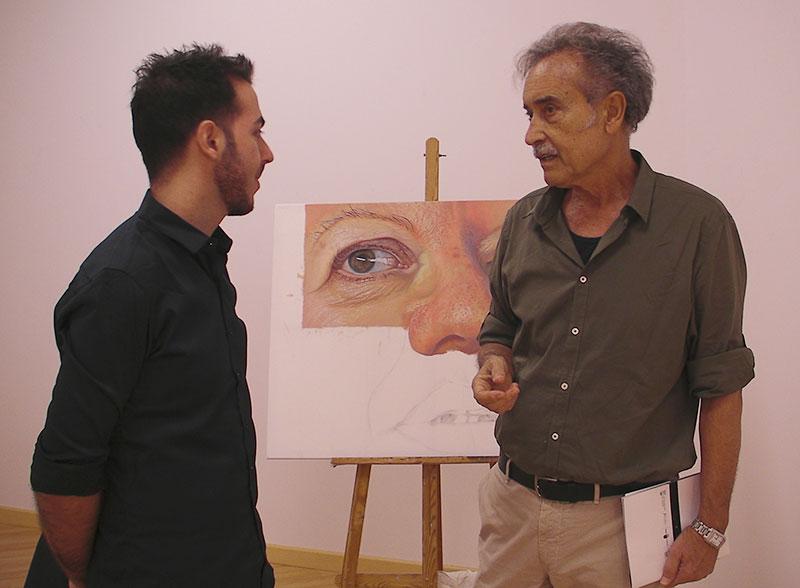 El pintor Pedro Cano visita la exposición de Antonio Carrasco en Abarán