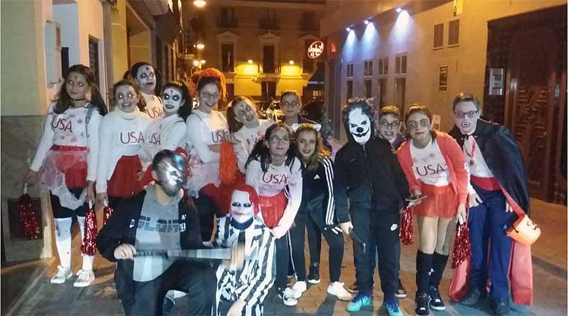 Durante la noche del 31 de octubre se pudieron ver por distintas zonas del municipio, como la Plaza Vieja, grupos de jóvenes caracterizados de los personajes más terrorificos.