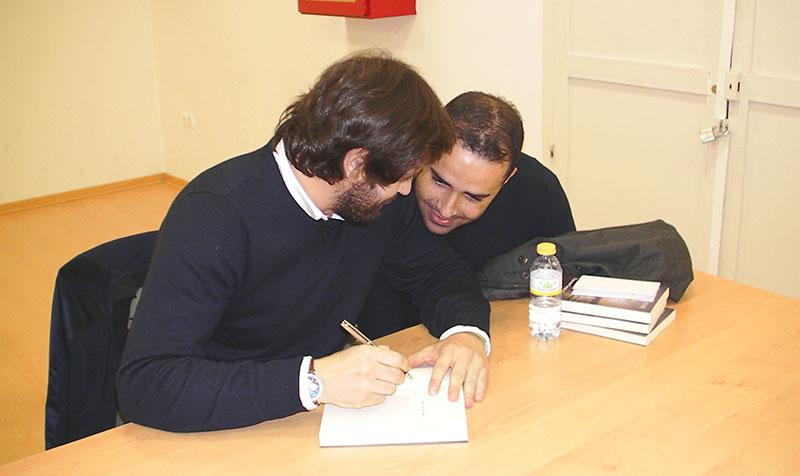Los asistentes pudieron después llevarse el libro firmado por Ernesto