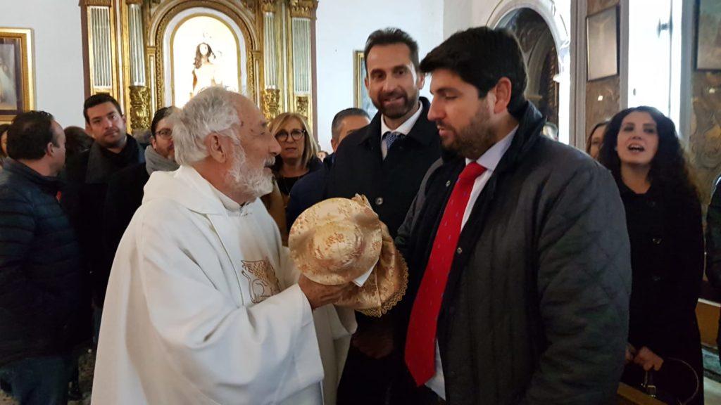 El Presidente de la CARM, López Miras junto al alcalde, José Miguel Manzanares, adorando al Niño en la Iglesia de San Pablo
