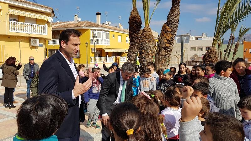 El alcalde de Abarán y el consejero de Agricultura con los niños de la Barriada