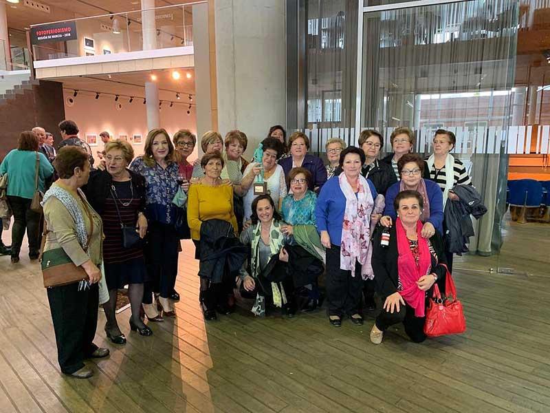 Acompañando a la galardonada también se encontraba un nutrido grupo de mujeres de la Asociación de Amas de Casa.