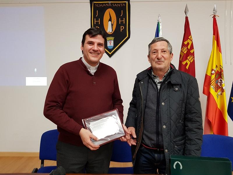 El conferenciante, D. Alberto Guardia (izquierda) junto al presidente de la Junta de Hermandades (derecha).
