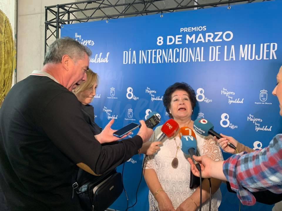 Araceli Carrasco atendiendo a los medios de comunicación