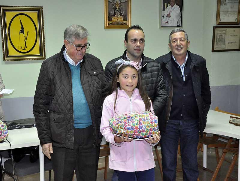 Marta Julia Cosmen recibió su galardon de manos del Nazareno de Honor, Pedro Sánchez.