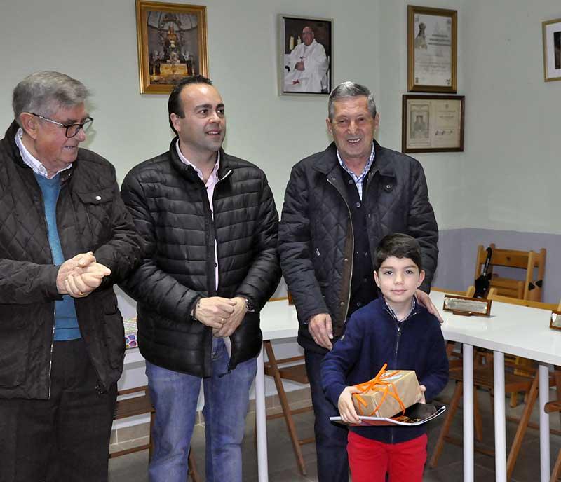 Álvaro recogió de manos del concejal de Promoción Cultural el premio de su hermano Jaime Gómez, ya que este no pudo asistir al acto.