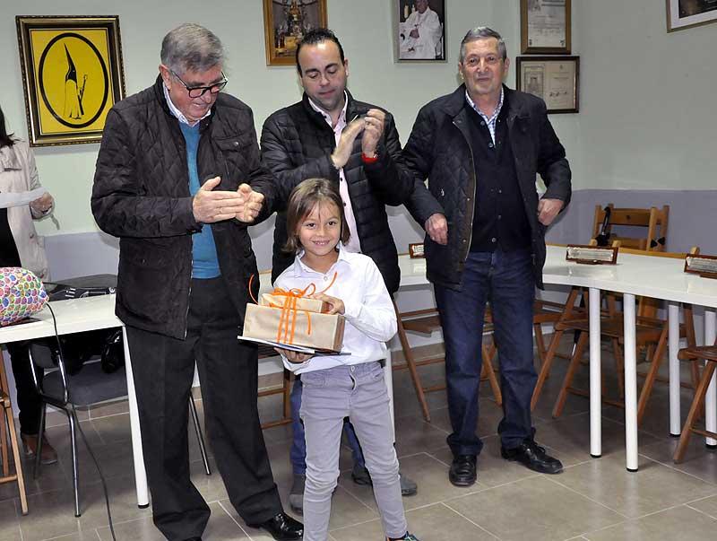 Manuel España de 1º-A del colegio Juan XXIII fue otro de los premiados en el apartado de Dibujo. Le hizo entrega del galardón, el Nazareno de Honor 2019, Pedro Sánchez.
