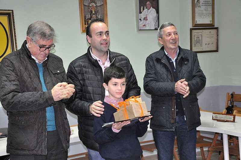 El concejal de Promoción Cultural Francisco Javier Fernández, hizo entrega de su premio al niño Constantino Marín.