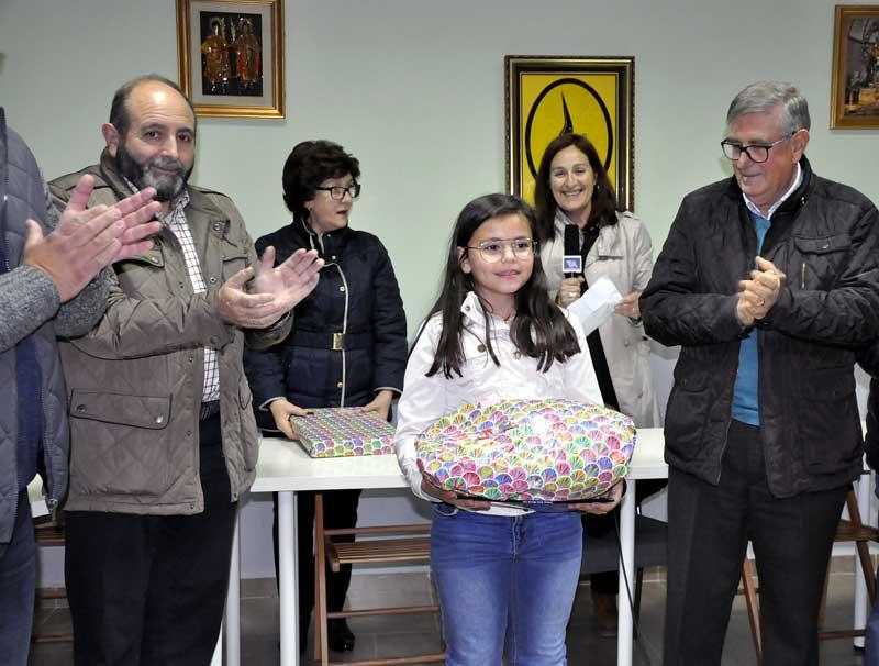 Ana María Candel Cobarro tras recoger su premio de manos del secretario de la Junta, Moises Tornero.