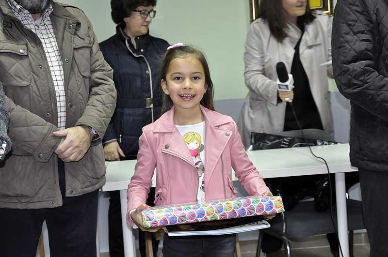 Paula Victorio Yelo de 1º del colegio Fahuarán, recogió su premio de manos de Pascual, representante de la JHPA.