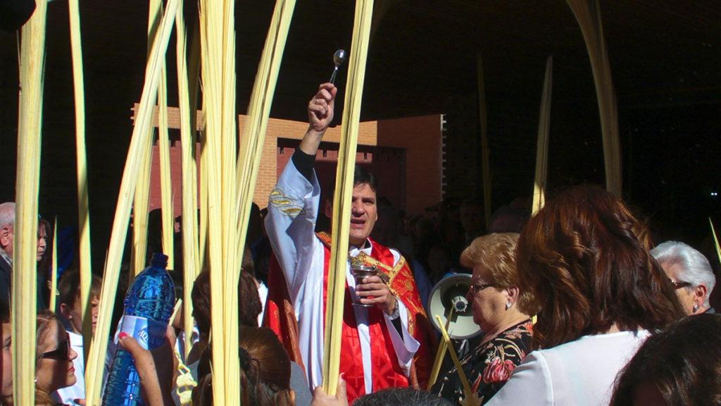 Bendición de palmas y ramos de olivo a la salida de Misa en San Juan Bautista
